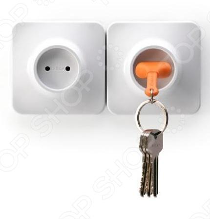 С брелоком и держателем для ключа Qualy Unplug ваши ключи всегда будут на месте и в момент выхода из дома вы не начнете судорожно метаться по квартире в их поисках. Держатель выполнен в виде электророзетки, легко крепится к стене при помощи липучки, скотча или шурупов. Брелок же изготовлен в виде силиконовой электровилки. Модель представлена в трех цветовых решениях.