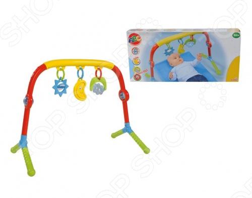 Турник Simba для малышей 4011784, изготовленный из яркого пластика, не даст вашему малышу заскучать. Изделие легко устанавливается на игровом коврике или в кроватке. К перекладине прикреплено три подвески, к которым малыш будет пытаться дотянуться. Игрушка изготовлена из высококачественной пластмассы, которая полностью безопасна для вашего младенца. Игра с турником Simba для малышей 4011784 способствует развитию цветового восприятия, мелкой моторики рук и зрения ребенка.