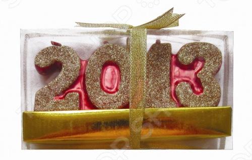 Свеча Снегурочка 2013 - это декоративная парафиновая свеча с 4 фитилями в красивой коробочке с бантами, подойдёт для украшения и придания красочной новогодней атмосферы, тем самым добавив приятные ощущения праздника. Свечу можно расположить на столах дома, офиса или магазина.