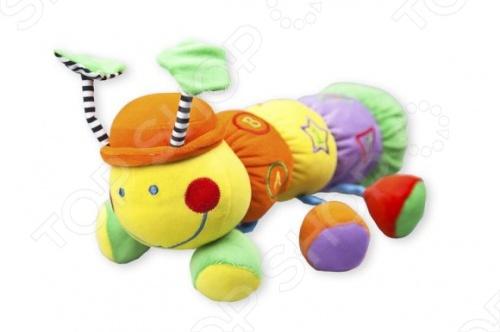 Игрушка подвесная Жирафики Гусеница станет замечательным подарком для малыша. Эта разноцветная гусеница очень нравится малышам. Ее кокетливые рожки и мягкое туловище весело шуршат. В ее лапках спрятаны погремушки и пищалки. Она сшита из кусочков тканей разной фактуры. Игрушка поможет развить мелкую моторику, выучить цвета.
