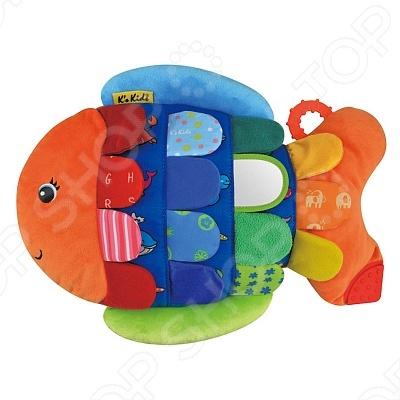 Развивающая игрушка KS Kids «Рыбка Флиппер»Мягкие развивающие игрушки<br>Развивающая игрушка Рыбка- Флиппер понравится малышу и будет замечательным подарком. Игрушка содержит в себе множество развивающих элементов. На хвостике Флиппера расположено два небольших прорезывателя для первых зубок малыша, которые имеют рифленые поверхности. Под каждой чешуйкой прячется изображение какого-то морского животного: осьминога, звездочки, крабика, дельфинчика, черепахи.<br>