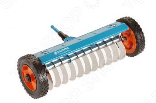 Прореживатель Gardena 3395 является частью комбисистемы Gardena и представляет многофункциональное устройство, предназначенное для удаления мха и отмершей травы и сорняков с поверхности газона. Прибор весьма компактен и удобен в работе, оборудован колесами со специальными протекторами и вспомогательной опорой. К изделию подходит любая из ручек комбисистемы, в зависимости от вашего роста. Прореживатель изготовлен из высококачественной стали и снабжен дюропластовым покрытием, защищающим инструмент от коррозии. Рабочая ширина составляет 32 см.