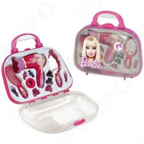 Набор парикмахера с феном KLEIN BarbieСюжетно-ролевые наборы<br>Набор парикмахера с феном KLEIN Barbie понравится и станет настоящим сюрпризом. В компактном пластиковом чемоданчике розового цвета девочка найдет необходимые для создания очаровательного образа инструменты: зеркальце, заколки и резинки для волос, расческу, фен. Приятным открытием станут функциональные особенности некоторых изделий. Фен, работающий от батареек типа АА в комплект не входят , полностью копирует свой прототип.<br>