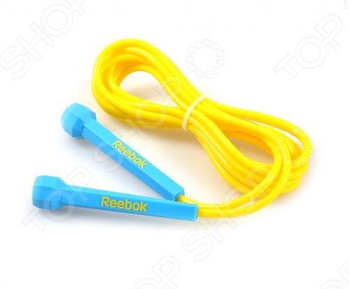 Скакалка Reebok адаптируется к любому пользователю путем простого изменения длины; она легкая и быстрая, что позволяет концентрироваться на тренировках скорости ног, а не на развитии верхнего плечевого пояса. Подход к дизайну ручек основан на минимализме, вы можете держать ручку буквально двумя пальцами, что ведет к реальной легкости движений.