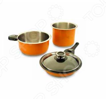 Умный набор для хозяйки Delimano Smart Premium Cookware разработан для людей, получающих удовольствие от приготовления пищи и любящих экспериментировать с новыми рецептами на кухне, а также для тех, кто ценит высококачественную и привлекательную посуду у себя на кухне. Варка, жарка, выпечка, гриль, сервировка и хранение блюд теперь все это можно делать с помощью одного набора посуды! Корпус из качественной нержавеющей стали марки 18 10 подойдет для любого вида плит. А запатентованная технология съемных ручек гарантирует максимальную функциональность набора. В наборе:  две кастрюли 20х18 см и 24х11,5 см ;  сковорода 24x4,8 см ;  крышка 24 см ;  короткий держатель и длинная ручка. Оцените преимущества набора Delimano Smart Premium Cookware:  Посуда подходит для любых плит: индукционных, электрических, газовых, стеклокерамических и галогенных.  Набор можно мыть в посудомоечной машине ручки перед этим необходимо снять , а также ставить в холодильник.  Стильный дизайн набора подходит не только для готовки, но и для сервировки стола. Вы можете не перекладывать блюда в другую посуду, а сразу поставить их на стол!  Вакуумная крышка, входящая в комплект, дольше сохранит еду свежей.  Сняв ручки, вы можете компактно уложить кастрюли и сковородку друг в друга, чтобы сэкономить максимум места при хранении. Обратите внимание!  Ручки подходят только для посуды из данного набора.  Ручки не жаропрочные. Перед использованием посуды в духовке их следует снять.  Не используйте острые предметы при работе с посудой, чтобы не повредить антипригарное покрытие.