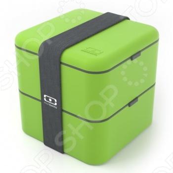 Ланч-бокс Monbento MB Square изготовлен из пищевого пластика, полностью герметичен и сохраняет все полезные свойства продуктов. Можно разогревать в микроволновой печи. В ланч-боксе есть два контейнера, в одном из которых есть специальный внутренний разделитель, так что вы сможете взять с собой сразу несколько блюд. Снаружи контейнеры фиксируются ремешком. В современном мире, когда жизнь движется очень быстро, не всегда хватает времени зайти в кафе перекусить. Поэтому вы можете взять домашнюю еду с собой на работу, в школу или университет или просто в дорогу. Компания Мonbento была создана во Франции и очень быстро получила известность во всем мире. Компания заботится не только о своих клиентах, но и об окружающей среде. Поэтому все материалы, которые используются для производства продукции Мonbento, проходят тщательный отбор и надлежащую обработку.