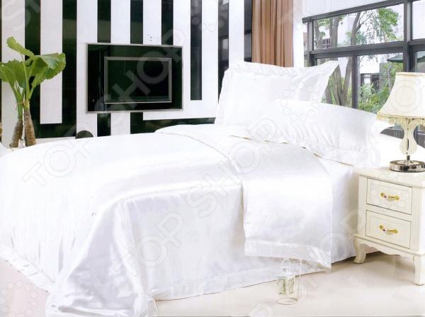 Комплект постельного белья Softline 09188. ЕвроЕвро<br>Комплект постельного белья Softline 09188 это незаменимый элемент вашей спальни. Человек треть своей жизни проводит в постели, и от ощущений, которые вы испытываете при прикосновении к простыням или наволочкам, многое зависит. Чтобы сон всегда был комфортным и безмятежным, а пробуждение лёгким и приятным, мы предлагаем вам этот качественный комплект постельного белья. Благодаря красивой расцветке и высококлассным материалам изготовления, атмосфера вашей спальни наполнится теплотой и уютом, а вы испытаете множество сладостных мгновений спокойного сна:  В качестве сырья для изготовления этого изделия использованы нити полиэстера. Полиэстер волокно, спрос на которую неудержимо растет в последние годы. Это искусственное волокно по виду напоминает шерсть, а по характеристикам схоже с хлопком. Его главные преимущества: высокая прочность, недоступная натуральным тканям, устойчивость к многочисленным стиркам без потери цвета, малая сминаемость и неприхотливость в уходе. При соприкосновении с кожей полиэстер производит легкий охлаждающий эффект, а, намокнув, почти мгновенно высыхает. Полиэстер не очень хорошо пропускает воздух, зато совсем не электризуется.  Атласное плетение придает изделию изысканный вид. Атлас это роскошная, знатная ткань, известная человечеству уже много веков. Атлас изготовляют путем особого переплетения нитей шелка, хлопка, вискозы или полиэстера. В результате получается элегантная гладкая ткань с шелковым блеском, которая используется для производства вечерних нарядов, смокингов и элитного постельного белья. Атласная ткань прочная и красивая, но требует осторожности в уходе бережная стирка до 30 С .<br>