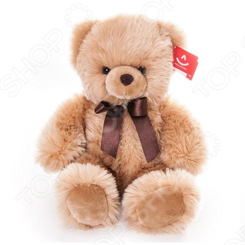 Мягкая игрушка AURORA «Медведь» 43 смМягкие игрушки<br>Игрушка мягкая AURORA Медведь 43 см станет отличным подарком вашему малышу. Очаровательный плюшевый медвежонок с большим атласным бантом на шее никого не оставит равнодушным, подарит вам и вашим детям умиление и радость. Изделие выполнено из высококачественного гипоаллергенного плюша с набивкой из синтепона и предназначено для детей от 3-х лет. Игрушку можно стирать в машинке, не опасаясь ее деформации и изменения цвета.<br>