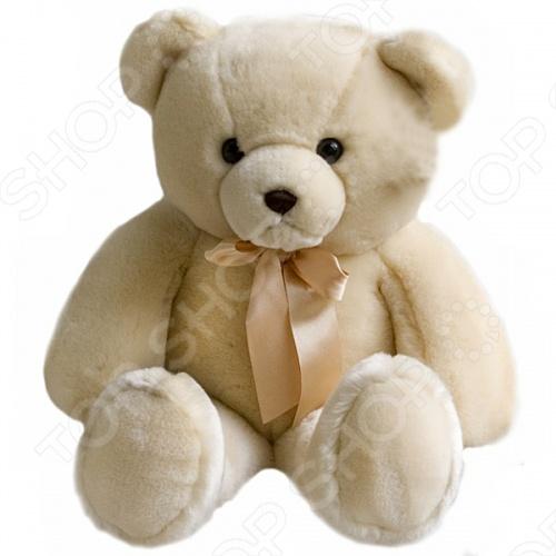 Мягкая игрушка AURORA «Медведь» 56 смМягкие игрушки<br>Игрушка мягкая AURORA Медведь 56 см станет отличным подарком вашему малышу. Очаровательный плюшевый медвежонок с большим атласным бантом на шее никого не оставит равнодушным, подарит вам и вашим детям умиление и радость. Изделие выполнено из высококачественного гипоаллергенного плюша с набивкой из синтепона и предназначено для детей от 3-х лет. Игрушку можно стирать в машинке, не опасаясь ее деформации и изменения цвета.<br>