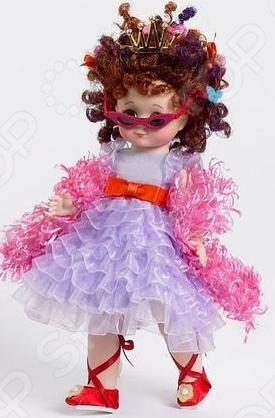 Кукла Madame Alexander «Фенси и Ненси»Куклы<br>Кукла Madame Alexander Фенси и Ненси станет замечательным подарком. Коллекционная куколка одета в красивую одежду. Одежда сшита из натуральных тканей. Руки и ноги двигаются, глаза, которые выполнены из стекла, закрываются. Игрушка призвана не только радовать и занимать ребенка, но и развивать разные способности. Кукла поможет больше общаться со сверстницами через игру. С помощью куклы, девочка может воспроизводить ситуации и поведение окружающих людей.<br>