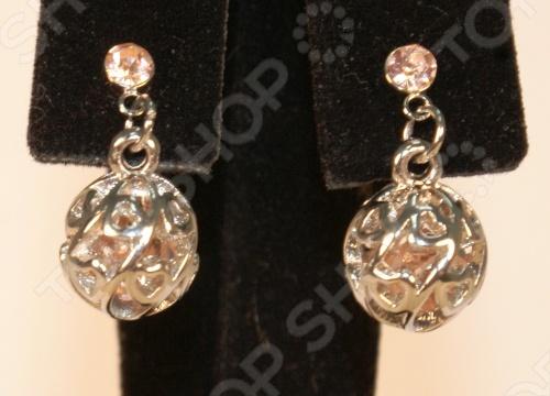 Серьги незаменимый аксессуар для современной женщины. Они способны подчеркнуть цвет глаз и оттенок кожи, привлечь внимание к шее, передать настроение. Серьги Грейс выполнены в форме шара с цветными кристаллами. Замок в форме гвоздика , с небольшим кристалликом под цвет основных кристаллов которые находятся внутри ажурного шарика. Диаметр шарика 8 мм. Серьги Грейс имеют покрытие 24К золота, выполненное методом гальванопластики. В бижутерии очень важно, чтобы изделия имеющие контакт с телом не вызывали аллергию, поэтому все украшения покрыты драгоценными металлами: золото, серебро, родий. Существует два способа нанесения драгоценного металла на основу напыление и гальванический метод. Напыление не создает прочного слоя, а всего лишь придает изделиям золотой или серебряный блеск. Такое покрытие не может быть устойчивым и быстро стирается. Гальванический метод позволяет наносить толстый слой, который гарантирует прочность и долговечность покрытия.