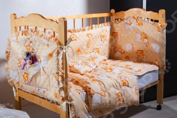 Комплект в кроватку Primavelle Кроха, несомненно, внесет яркий акцент в интерьер детской комнаты, добавит ей гармонии и уюта. В набор входит детское одеяло, подушка, кармашек и бортик. Составляющие комплекта выполнены из натурального хлопкового волокна и украшены изображениями забавных зверюшек. Хлопок отлично зарекомендовал себя в пошиве постельного белья, благодаря своей легкости, практичности, воздухопроницаемости, влаговпитываемости и устойчивости к истиранию. В качестве набивки для подушки и одеяла использован наполнитель Экофайбер, не впитывающий пыль и неприятные запахи. Комплект представлен в трех цветовых решениях.