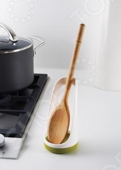 Подставка для ложки Joseph Joseph SpoonBase поможет сохранить на кухонном столе чистоту и порядок. Во время приготовления еды вы сможете аккуратно хранить ложку, не пачкая стол. В отличие от других подставок здесь ложка хранится не в горизонтальном, а вертикальном положении с легким наклоном. Благодаря этому лишние капли будут быстрее стекать с нее. Joseph Joseph это компания, специализирующаяся на разработке и производстве современной кухонной посуды. Они используют инновационные технологии и материалы. Их уникальная способность сочетать стильную форму и функциональность привела к тому, что эта марка завоевала признание клиентов по всему миру.