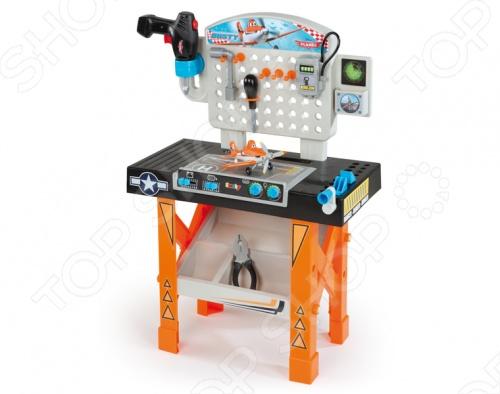 Ремонтная мастерская Smoby СамолетыСюжетно-ролевые наборы<br>Ремонтная мастерская Smoby Самолеты отличный подарок для вашего малыша. В набор входят: дрель, отвертка, разводной ключ и конструктор-самолет Дасти. Под столом игрушки находится контейнер для различных деталей. А на мастерской находятся удобные крючки для необходимых инструментов. После окончания игры инструменты можно разместить на рабочем столике. С такой игрушкой ваш ребенок сможет почувствовать себя настоящим механиком самолета. Мастерская изготовлена из высококачественного пластика, который полностью безопасен для детей. Ремонтная мастерская Smoby Самолеты поможет развить логическое мышление, мелкую моторику, память и научит малыша разбираться в инструментах.<br>