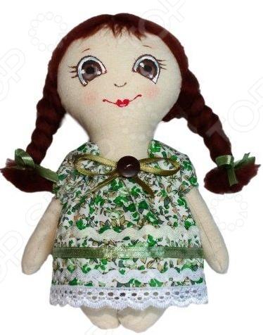 Набор для изготовления текстильной игрушки Кустарь Любочка это возможность своими руками сделать игрушечного друга. Очаровательная кукла Любочка 22 см , изготовленная в стиле Tilda, одинаково понравится детям и взрослым. Она может стать прекрасным подарком близкому человеку, а может поселиться в вашей комнате. Игрушку очень просто изготовить, следуя подробной инструкции, приложенной к набору. Для прорисовки лица игрушки вы можете использовать акриловые краски или растворимый кофе, а для тонирования клей ПВА. В набор входят: 1.Ткань для тела 100 хлопок , ткань для одежды 100 хлопок . 2.Декоративные элементы, пуговицы, нитки для волос, ленточки, кружево, украшения. 3.Инструмент для набивания игрушки, выкройка, инструкция.
