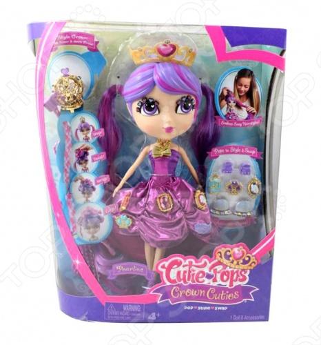 Кукла Cutie Pops Пелина станет замечательным подарком для вашего малыша. Эта кукла-принцесса, которая одета в бальное платье, а ее голову украшает диадема. Она имеет необычную прическу со съемными прядями. Все аксессуары пристегиваются с помощью кнопок, которые очень легко прикреплять и снимать. Комбинирование всех деталей набора представляет безграничное пространство для фантазии ребенка. Кукла украсит интерьер детской комнаты и принесет много радости своей хозяйке.