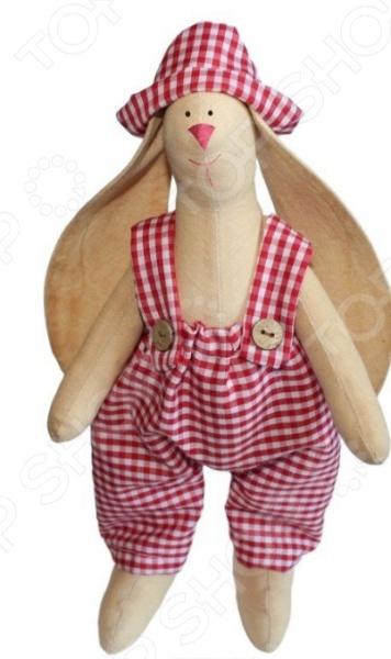 Набор для изготовления текстильной игрушки Артмикс Зайка Тимошка это возможность своими руками сделать игрушечного друга. Очаровательная кукла Зайка Тимошка 29 см , изготовленная в стиле Tilda, одинаково понравится детям и взрослым. Она может стать прекрасным подарком близкому человеку, а может поселиться в вашей комнате. Игрушку очень просто изготовить, следуя подробной инструкции, приложенной к набору. Для прорисовки лица игрушки вы можете использовать акриловые краски или растворимый кофе, а для тонирования клей ПВА. В набор входят: 1.Ткань для тела 100 хлопок , ткань для одежды 100 хлопок . 2.Декоративные элементы, пуговицы, нитки для волос, ленточки, кружево, украшения. 3.Инструмент для набивания игрушки, выкройка.
