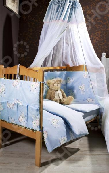 Комплект постельного белья Primavelle Dreammy , несомненно, внесет яркий акцент в интерьер детской комнаты, добавит ей гармонии и уюта. В набор входит пододеяльник на молнии, наволочка и простыня. Составляющие комплекта выполнены из натурального хлопкового волокна и украшены изображениями забавных мишек. Хлопок отлично зарекомендовал себя в пошиве постельного белья, благодаря своей легкости, практичности, воздухопроницаемости, влаговпитываемости устойчивости к истиранию. Ткани и готовые изделия производятся на современном импортном оборудовании и отвечают европейским стандартам качества.