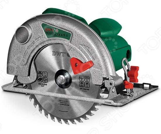 Пила циркулярная DWT HKS12-65Дисковые пилы<br>Пила циркулярная DWT HKS12-65, от ведущего поставщика строительных электроинструментов и комплектующих к ним DWT, представляет собой специализированный инструмент, предназначенный для осуществления прямых и наклонных пропилов в древесине и древесных заготовках. Модель изготовлена из высококачественных ударопрочных материалов, снабжена системой угловой регулировки пиления и возможностью установки глубины пропила. Потребляемая мощность пилы составляет 1200 Вт, а максимальная скорость вращения диска 5000 об мин. Максимальная толщина пильного диска 2,5 мм.<br>
