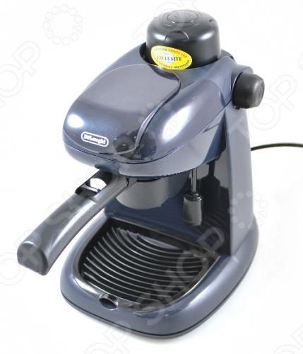 Эта миниатюрная кофеварка DeLonghi EC 5 имеет небольшой резервуар воды, вмещающий менее чем половину литра, рассчитана на две чашки кофе. Кофеварка имеет систему Капуччино для истинных любителей кофе. Модель предназначена для домашнего и офисного использования она позволяет приготовить не только эспрессо. Модель оснащена системой, которая смешивает пар, молоко и воздух, образуя сливочную пену, незаменимую при подачи капучино. Также данная система прекрасно регулирует крепость кофе.