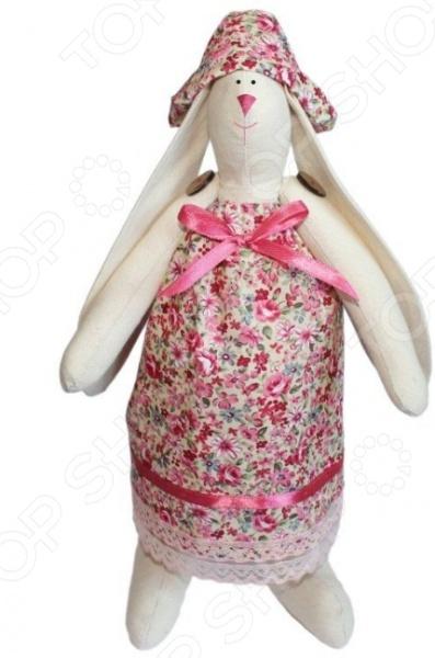 Набор для изготовления текстильной игрушки Кустарь «Зайка Зоя»Изготовление кукол<br>Набор для изготовления текстильной игрушки Кустарь Зайка Зоя это возможность своими руками сделать игрушечного друга. Очаровательная кукла Зайка Зоя 29 см , изготовленная в стиле Tilda, одинаково понравится детям и взрослым. Она может стать прекрасным подарком близкому человеку, а может поселиться в вашей комнате. Игрушку очень просто изготовить, следуя подробной инструкции, приложенной к набору. Для прорисовки лица игрушки вы можете использовать акриловые краски или растворимый кофе, а для тонирования клей ПВА. В набор входят: 1.Ткань для тела 100 хлопок , ткань для одежды 100 хлопок . 2.Декоративные элементы, пуговицы, нитки для волос, ленточки, кружево, украшения. 3.Инструмент для набивания игрушки, выкройка, инструкция.<br>