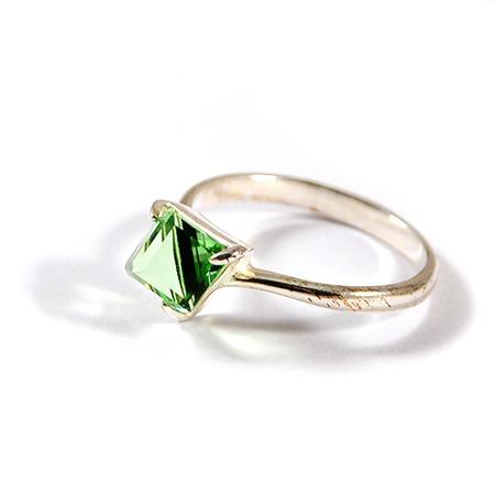 Купить Кольцо Jenavi Кубик. Вставка: Swarovski зеленый кристалл